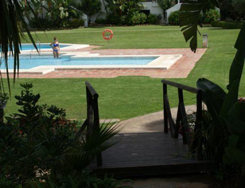 Jardín y piscinas